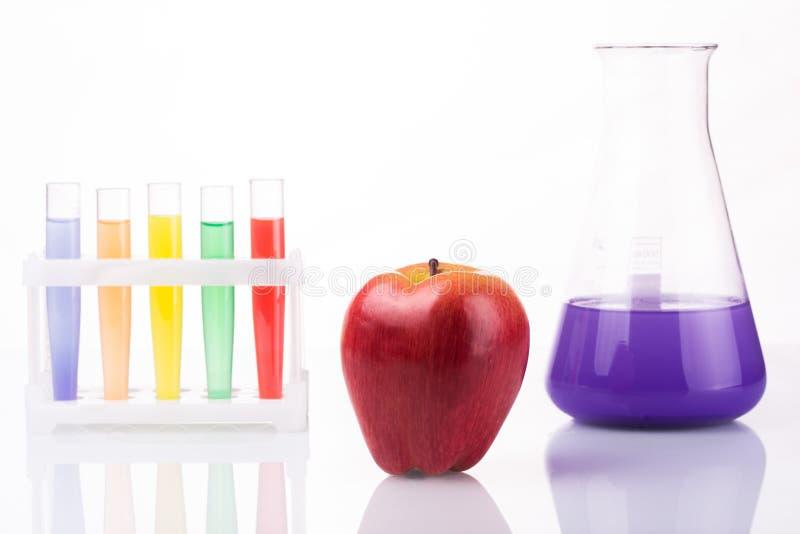 Tubos de ensayo químicos cercanos de la fruta genético fotografía de archivo libre de regalías