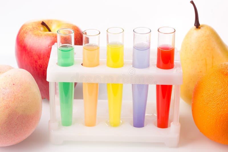 Tubos de ensayo químicos cercanos de la fruta genético imágenes de archivo libres de regalías