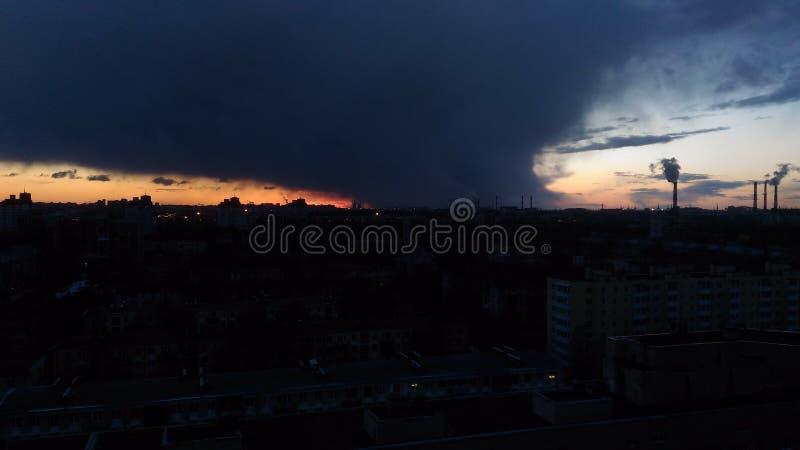 Tubos de la lluvia de la puesta del sol foto de archivo