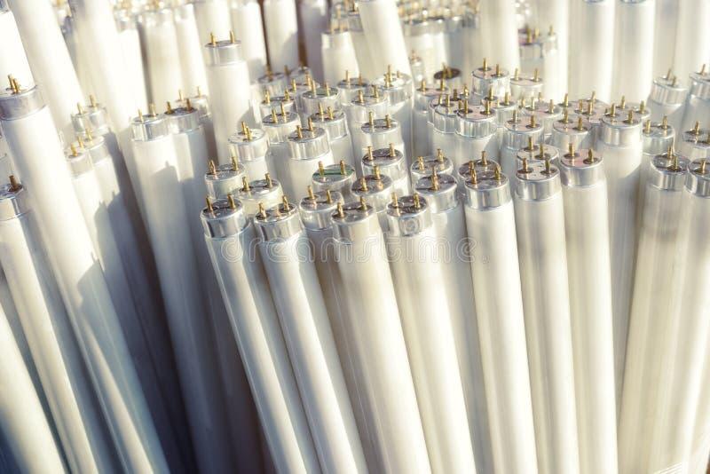 Tubos de la luz fluorescente, pedazos eléctricos de desperdicios fotografía de archivo libre de regalías