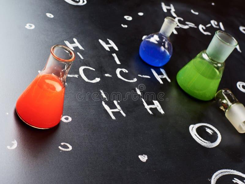 Tubos de la química llenados de los líquidos coloridos foto de archivo