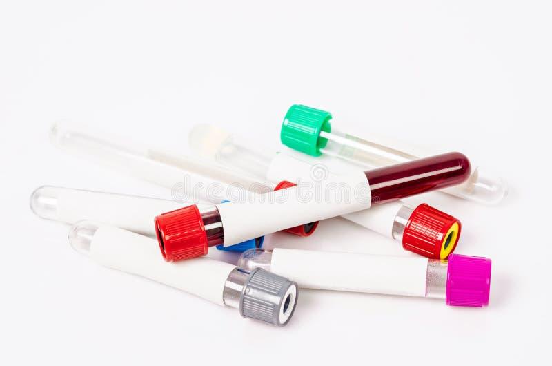 Tubos de la sangre del vacío para recoger con las muestras de sangre fotografía de archivo