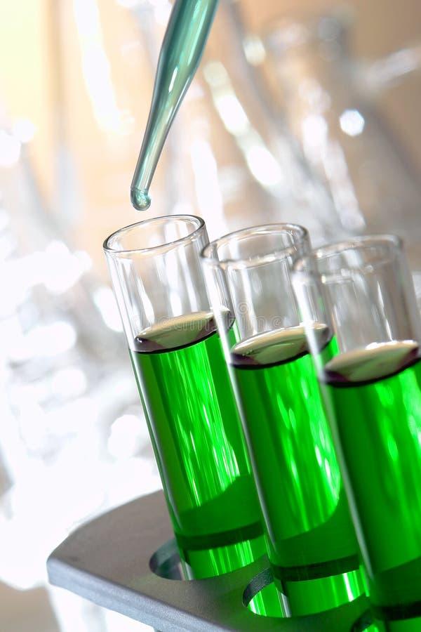 Tubos de prueba en laboratorio de investigación de la ciencia imagenes de archivo