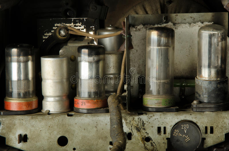 Tubos de vácuo dentro do rádio velho foto de stock royalty free