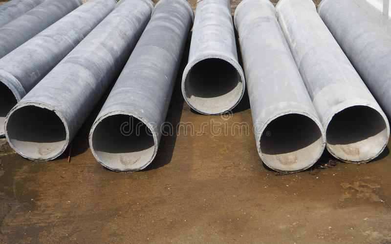 tubos del cemento en la tierra fotografía de archivo libre de regalías