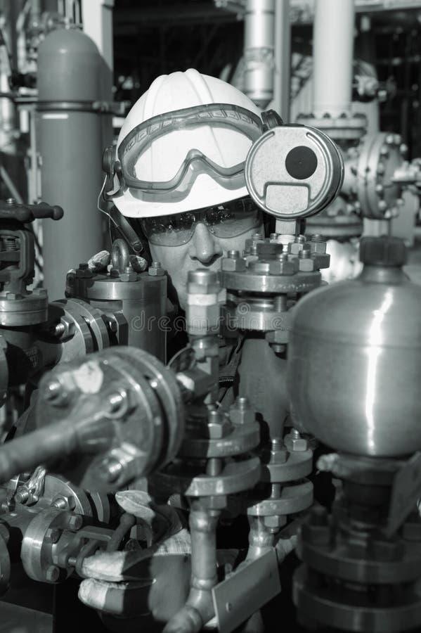 Tubos del trabajador y de la refinería del petróleo foto de archivo libre de regalías