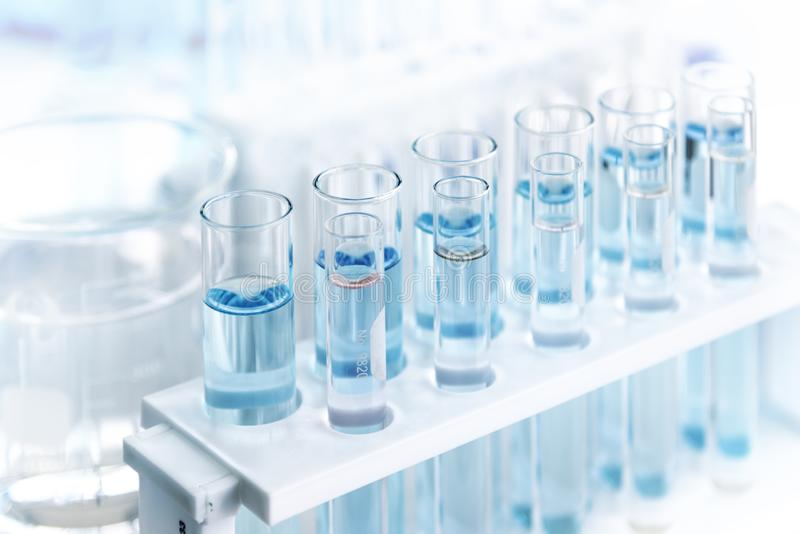 Tubos do laboratório com líquido azul no laboratório, disponível para os cientistas que trabalham nos laboratórios, ferramentas p fotografia de stock