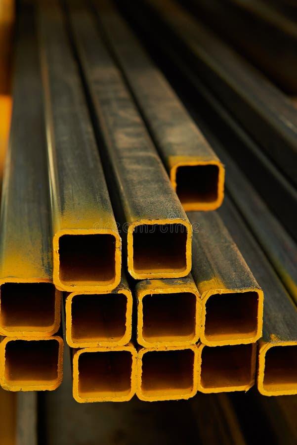 Tubos do metal amarelo imagens de stock