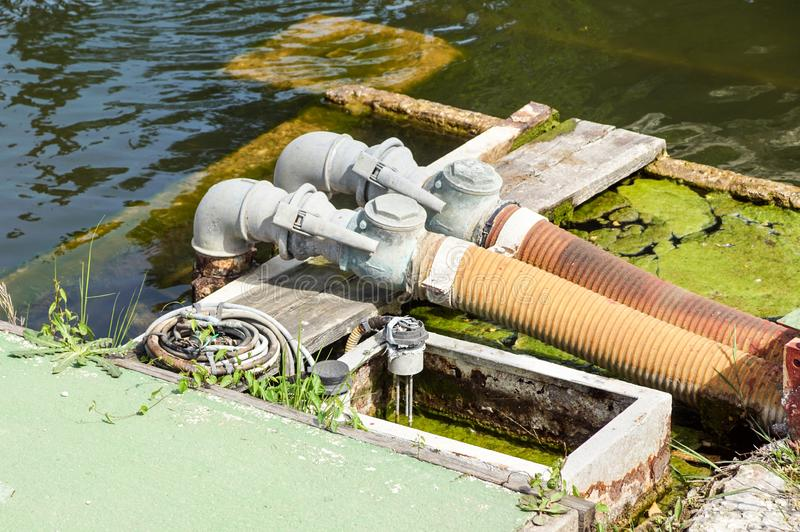 Tubos, encaixes e alavancas hidráulicos no painel de controle do mecanismo de levantamento imagens de stock royalty free