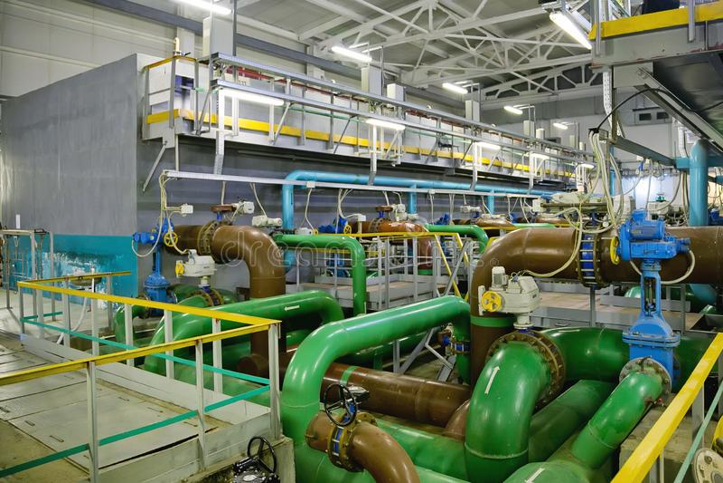Tubos, filtros y bombas de aguas residuales dentro de la depuradora de aguas residuales industrial moderna imagen de archivo