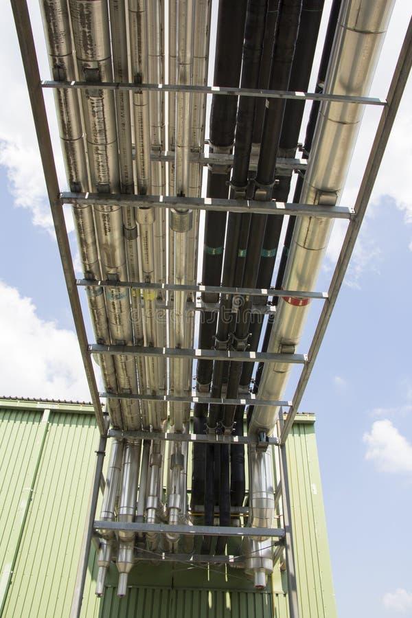Tubos para o sistema de ventilação mecânica em uma planta industrial imagem de stock