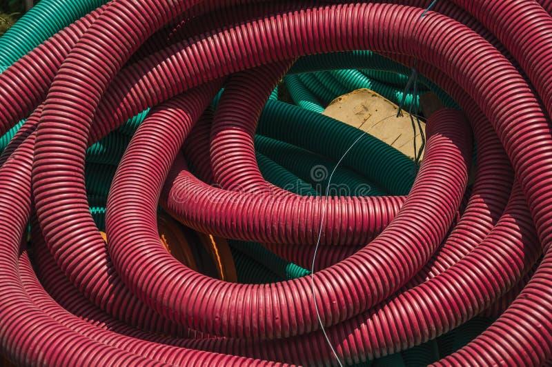 Tubos plásticos para el cableado o los cables eléctricos en un emplazamiento de la obra imagen de archivo libre de regalías