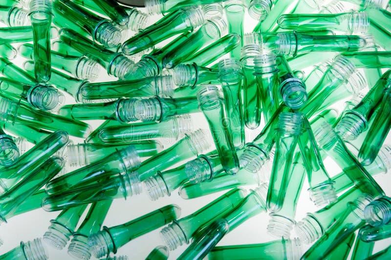 Tubos plásticos verdes imagenes de archivo