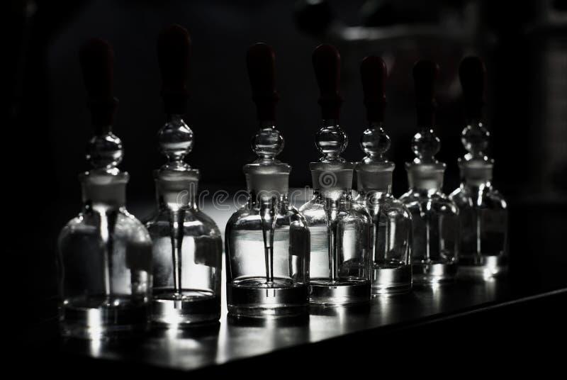 Tubos químicos del laboratorio sobre negro fotos de archivo libres de regalías