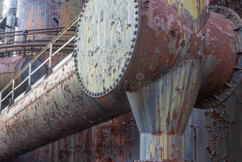Tubos que aherrumbran enormes con las prolongaciones del andén, complejo industrial de la acería fotografía de archivo libre de regalías