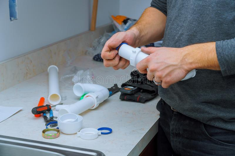 tubos que caben del fontanero de herramientas y de equipo en una cocina instalar un fregadero de cocina fotografía de archivo libre de regalías