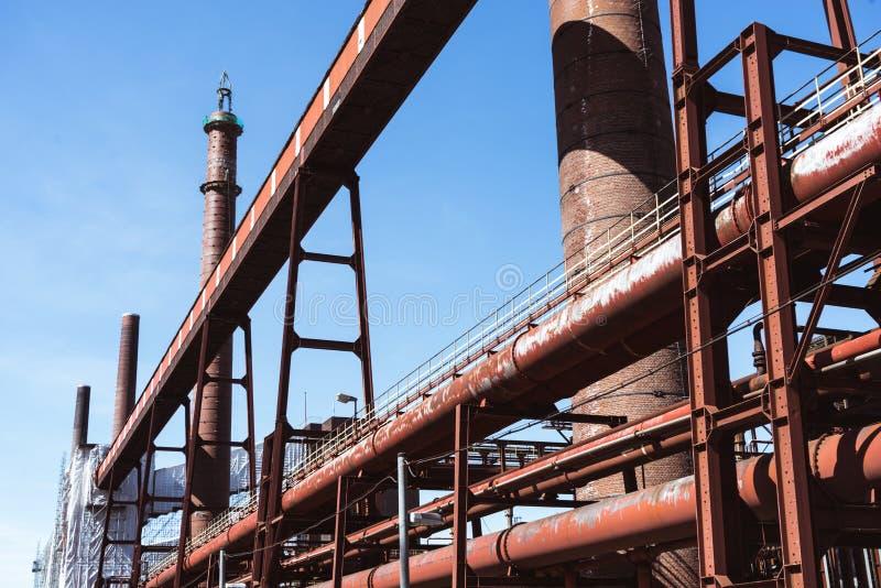 Tubos rojos de la fábrica de coque foto de archivo libre de regalías