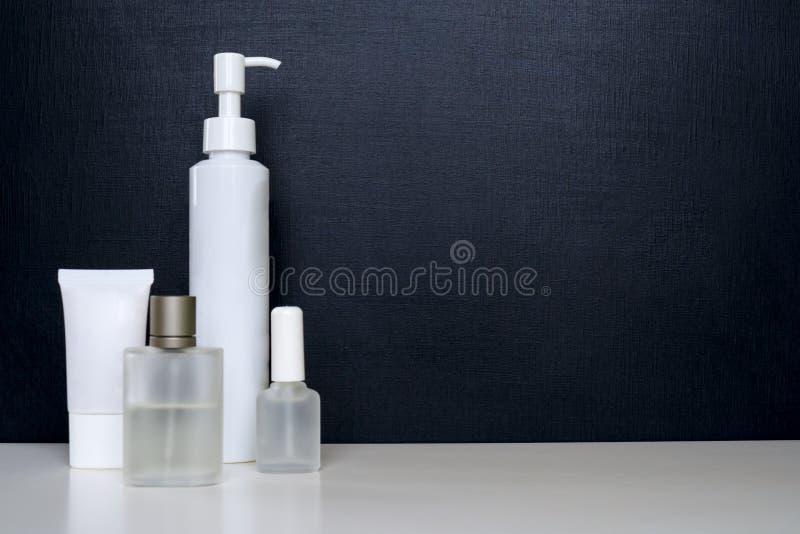 Tubos vazios realísticos para cosméticos Ajuste com tubo de ensaio cosmético, garrafa Câmara de ar do creme fotos de stock