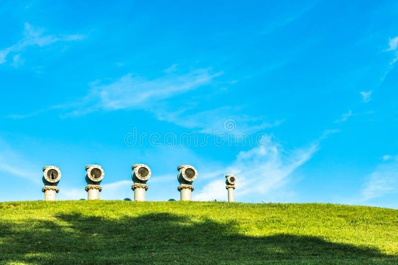 Tubos y cielo azul foto de archivo libre de regalías