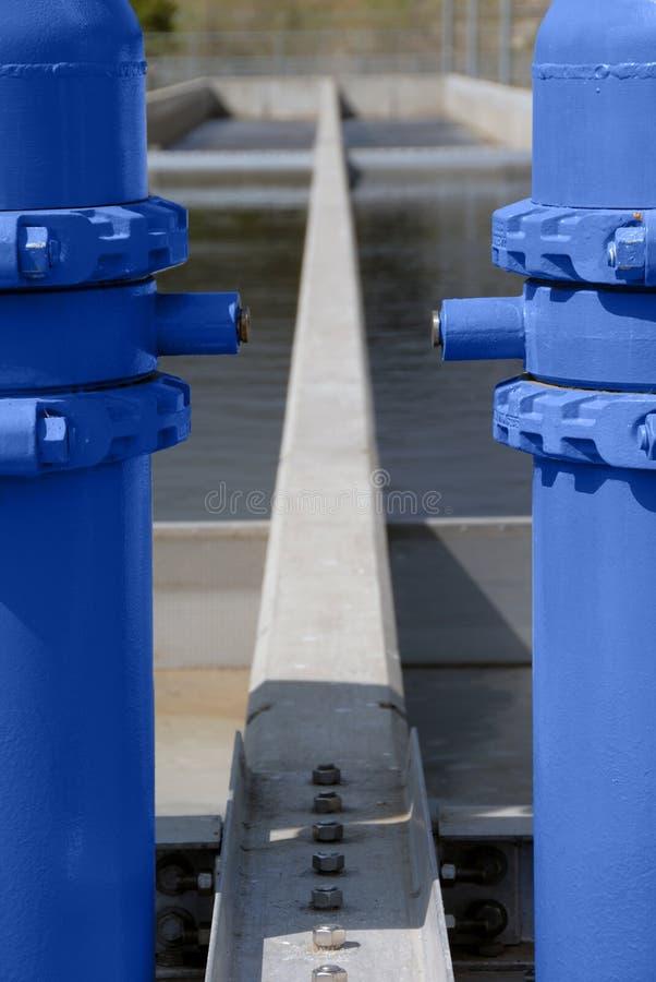 Tubos y concreto pintados azules imagen de archivo libre de regalías
