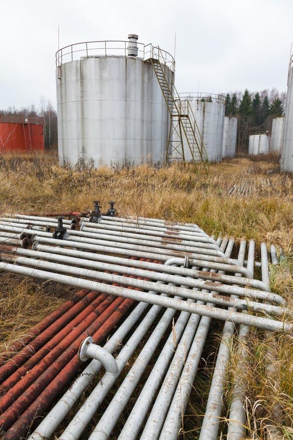 Tubos y los tanques oxidados viejos imagen de archivo