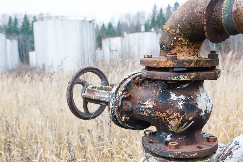 Tubos y los tanques oxidados viejos imagenes de archivo