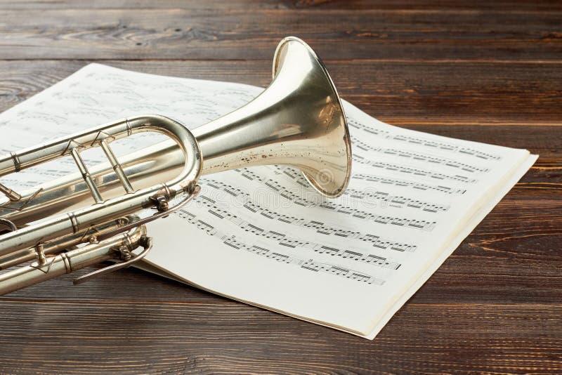 Tubowe i muzykalne notatki na drewnianym tle obraz stock