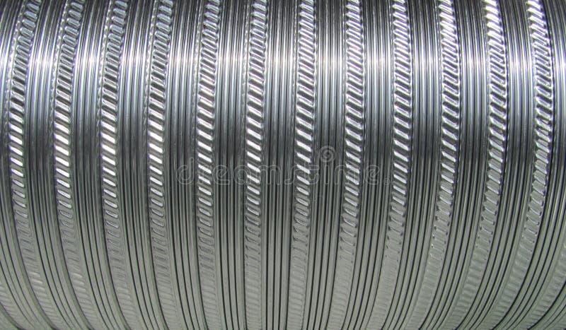 A tubulação corrugada do metal é usada em sistemas de ventilação foto de stock