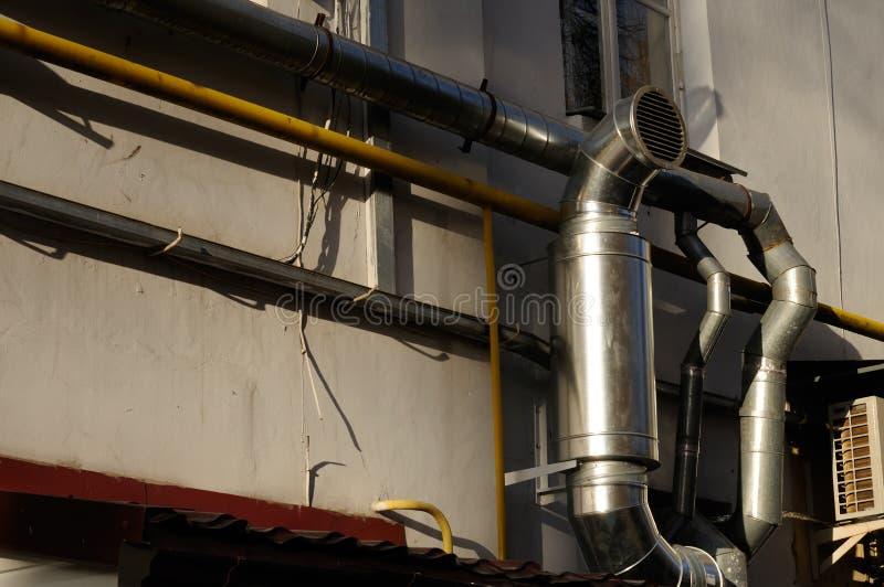 Tubulação da ventilação de exaustão no edifício imagens de stock