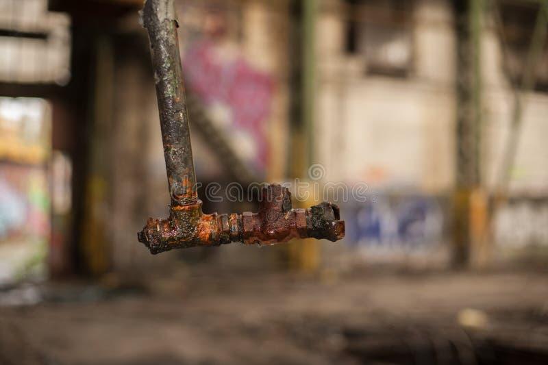 Tubulação de água velha e oxidada que pendura do telhado imagem de stock royalty free