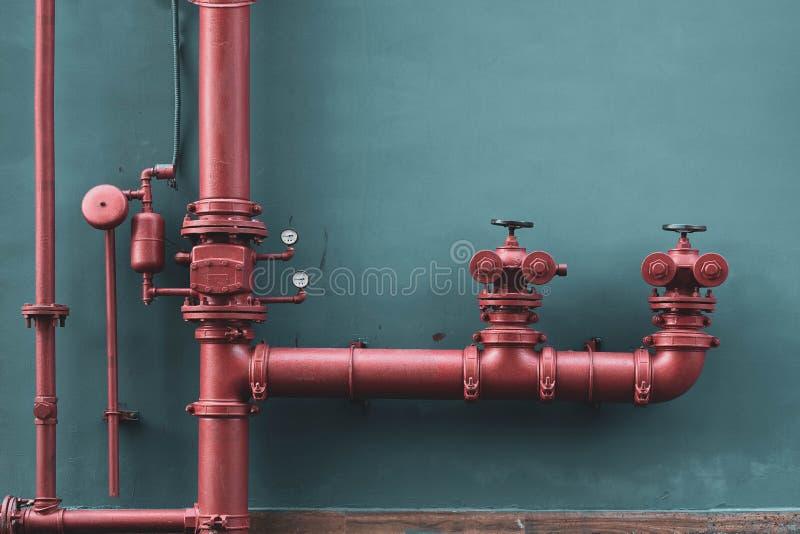 Tubulação de água vermelha do fogo industrial e da construção - extinguindo fotografia de stock