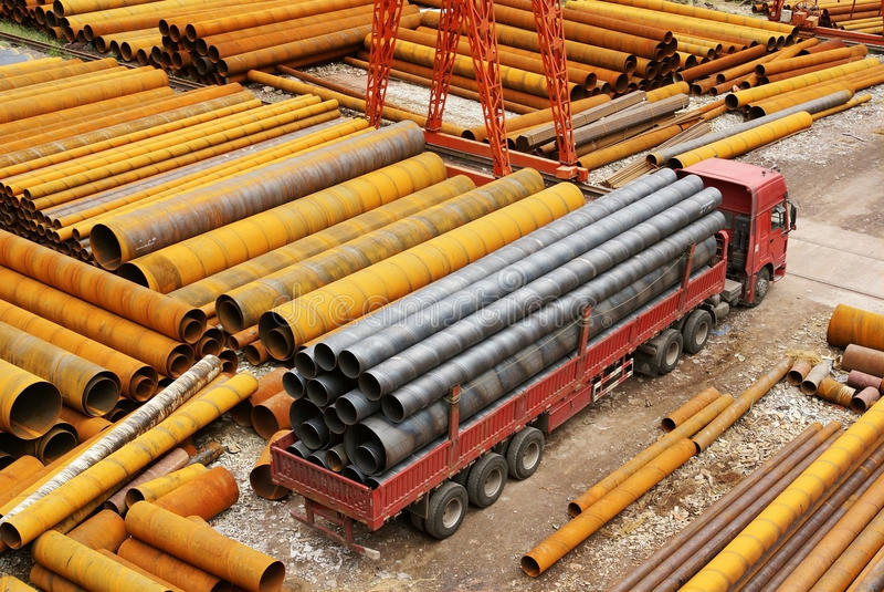 Tubulação de aço com caminhão imagens de stock