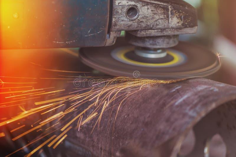 Tubulação de aço de moedura do trabalhador com moedor imagem de stock royalty free