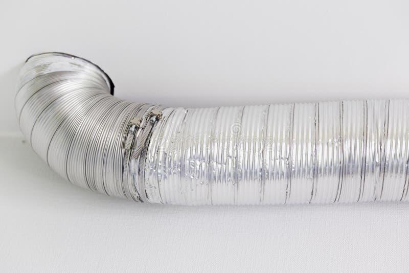 Tubulação de alumínio da ventilação da cozinha para a capa de fogão com comprimento variável Renovação e instalação da cozinha foto de stock royalty free