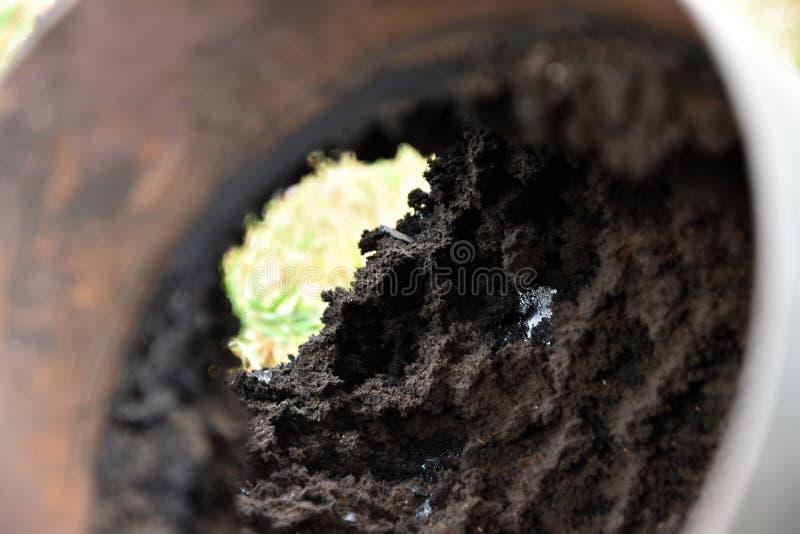 Tubulação de conduto da chaminé coberta com uma camada grossa de joelho da fuligem fotografia de stock royalty free