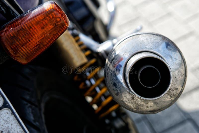 Tubulação de exaustão de Chrome com uma motocicleta do motociclista do silencioso Problemas da ecologia e da polui??o do ar imagens de stock royalty free