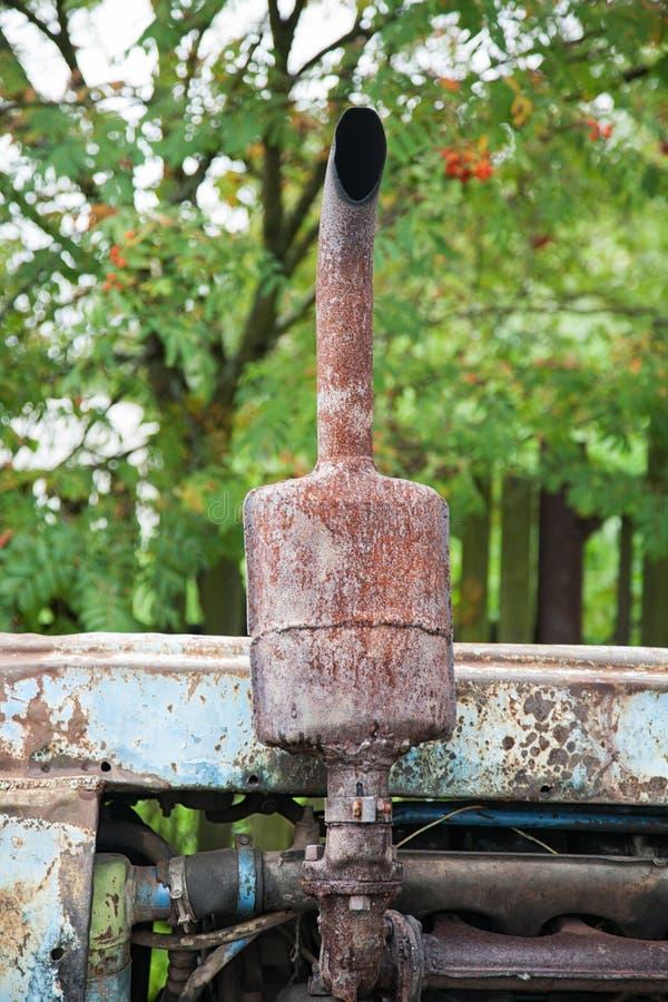 Tubulação de exaustão oxidada velha do trator no verão fotos de stock