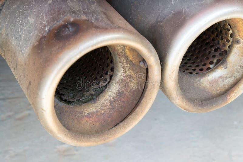 tubulação de exaustão velha e oxidada do carro fotografia de stock