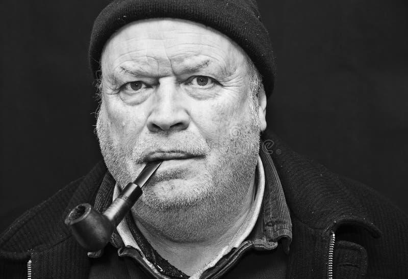 Tubulação De Fumo Do Homem Idoso Fotos de Stock Royalty Free