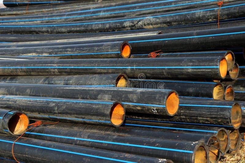 Tubulação de gás preta em uma pilha imagens de stock royalty free