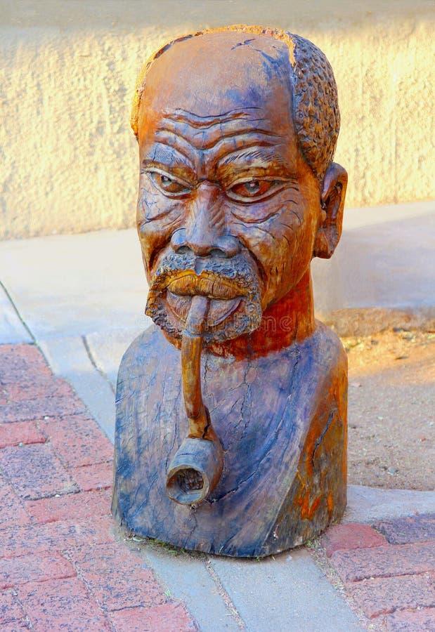 Tubulação de madeira do homem do torso da escultura, Okahandja, Namíbia foto de stock royalty free