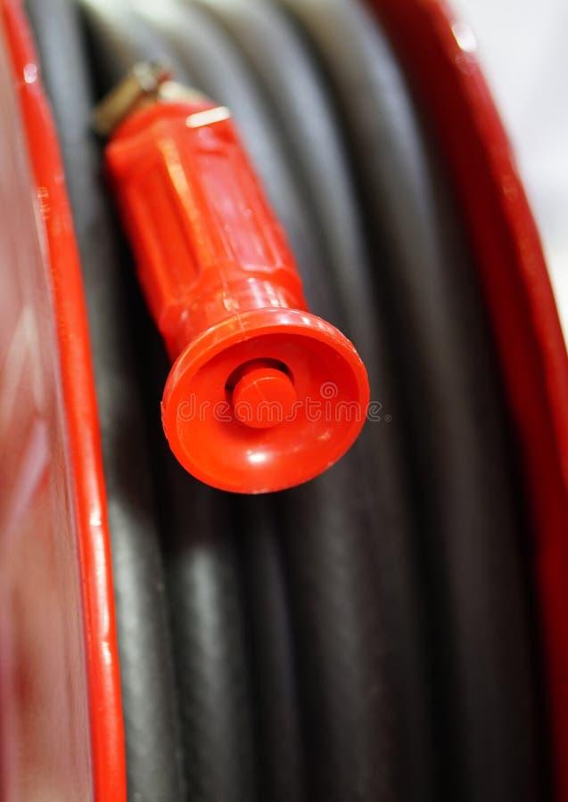 tubulação de mangueira da proteção contra incêndios, conceito da segurança e da segurança no escritório ou no lugar público imagem de stock