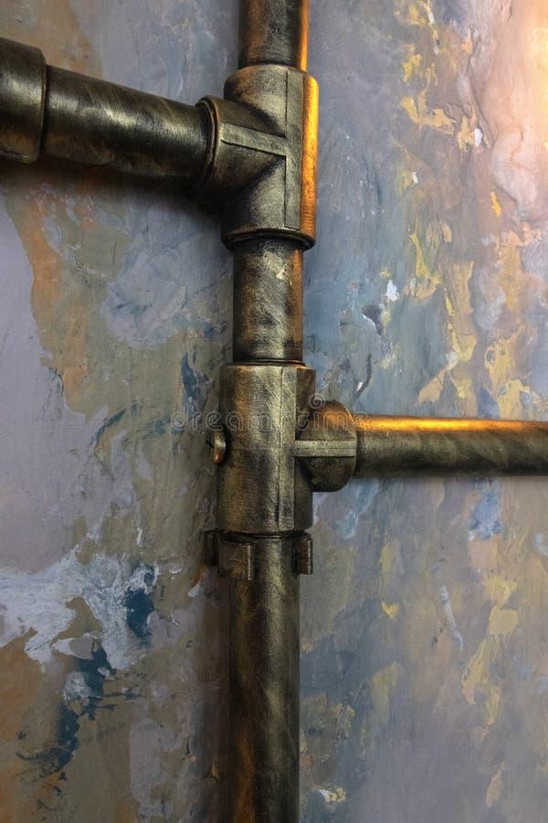 Tubulação de Steampunk na parede colorida imagem de stock