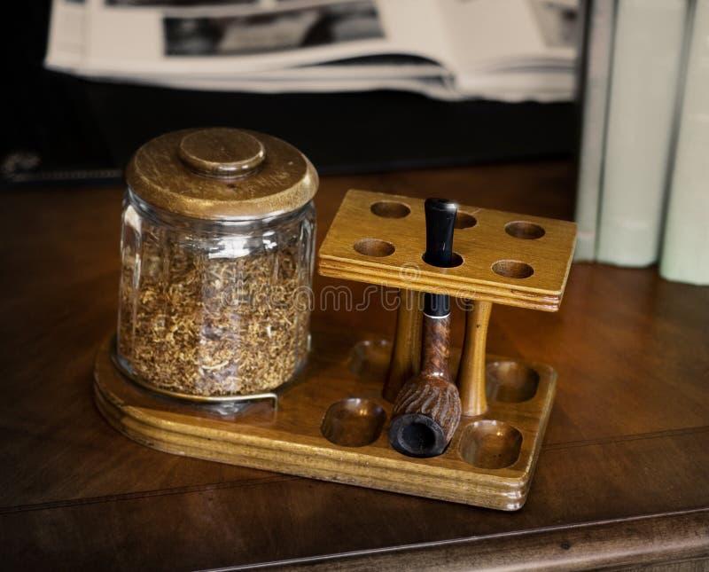 Tubulação de tabaco na mesa fotografia de stock