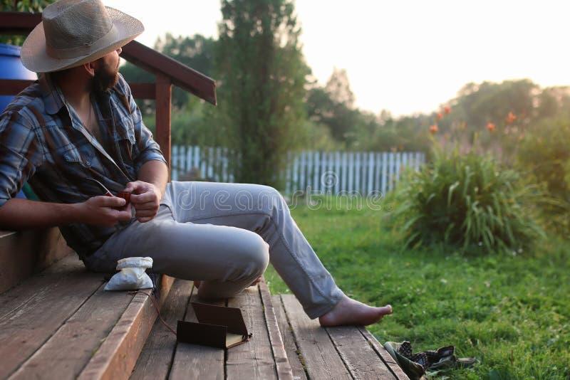 Tubulação do fumo do homem exterior fotografia de stock