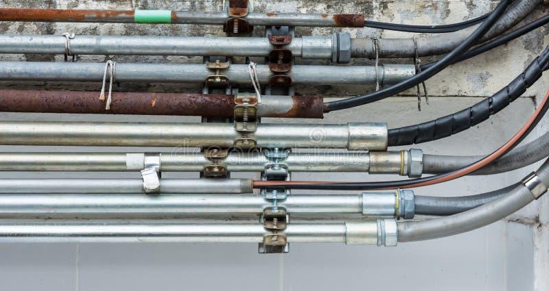 Tubulação do metal para o fio bonde fotografia de stock