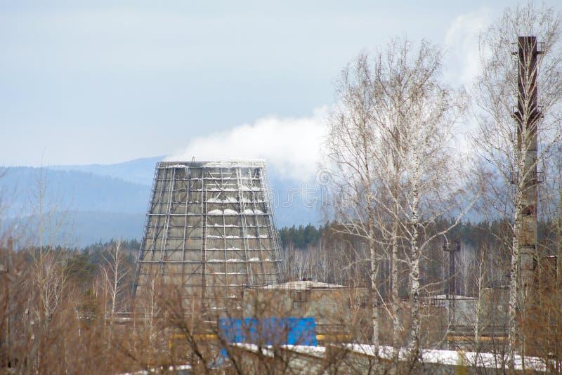 Tubulação larga da estação térmica de que o vapor sai imagem de stock royalty free