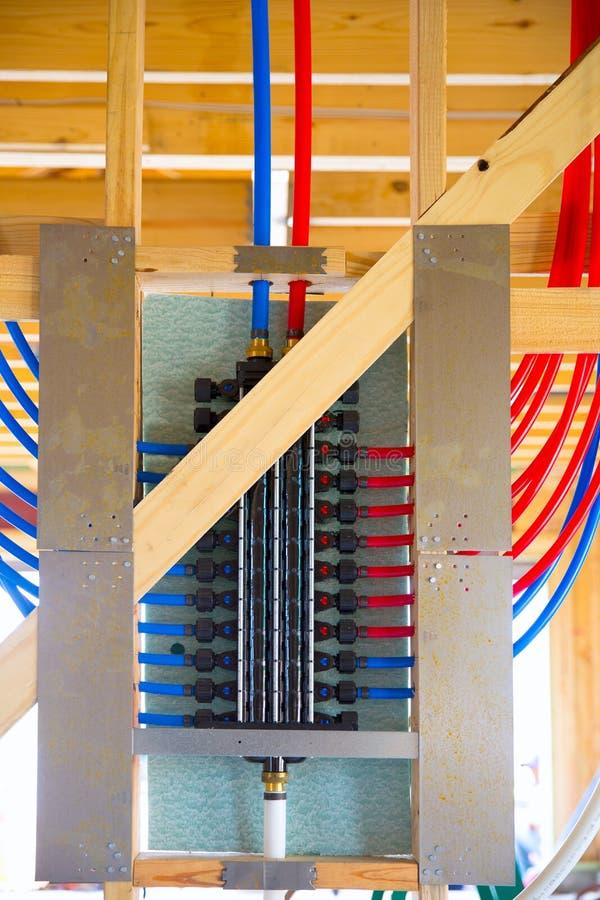 Tubulação múltipla do sistema PEX do encanamento imagens de stock
