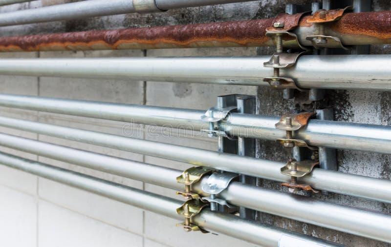 Tubulação nova do metal com a tubulação oxidada fotografia de stock