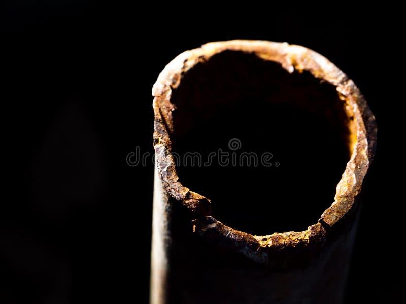 Tubulação oxidada no fundo preto foto de stock royalty free